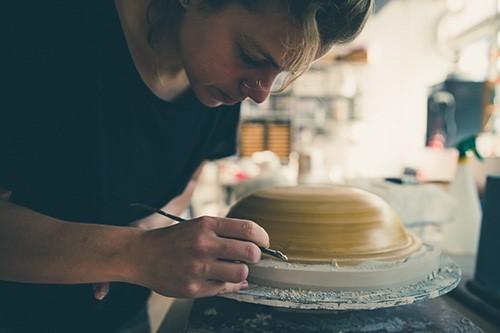 Suzanne Becking maakt porselein